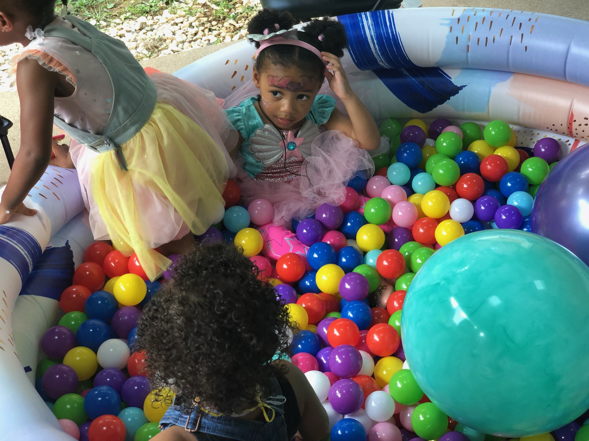Looking to entertain toddlers? This DIY ball pit might do the trick
